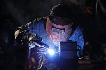 Должна защищать от брызг металла