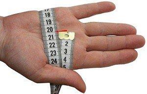 измеряем ладонь метровой лентой